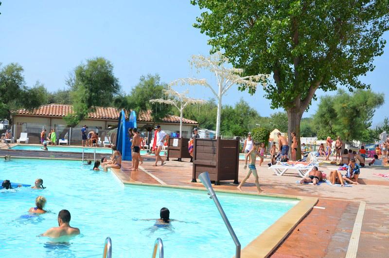 Camping avec piscine et toboggans 50 m tres de la plage for Piscine 50 metres